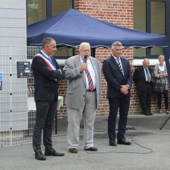 Jean Pierre Decool le député du Nord entouré de Didier Joveniaux et Christophe Dassonville lors dr l'inauguration de la nouvelle école Georges Pamart, l'école du futur, à Quérénaing.