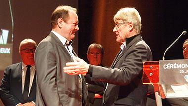 Michel Lefebvre, maire de Douchy-les-Mines, remet une médaille d'or du travail