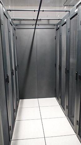 Espace dédié, à gauche et à droite, pour les serveurs des clients