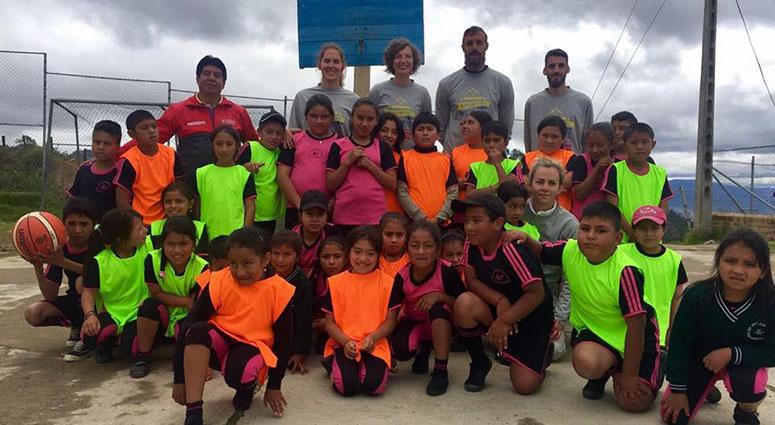 (Le Ballon du Bonheur) Joyce Cousseins-Smith donne le sourire aux enfants équatoriens