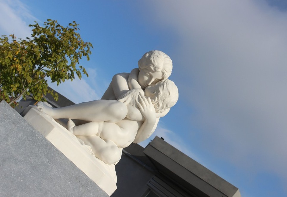 (VA) Quatre statues contemplent la Plaine.
