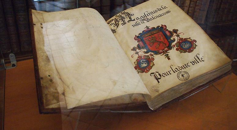 A Valenciennes, la bibliothèque expose ses trésors éphémères et personnalisés.